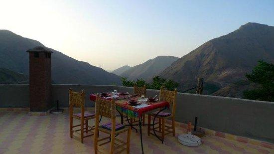 Roches Armed: Diner sur la terrasse