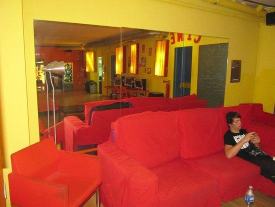 Yellow Nest Hostel Barcelona: Salón