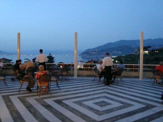 Grand Hotel Vesuvio: Terraza del hotel al atardecer...vista fabulosa