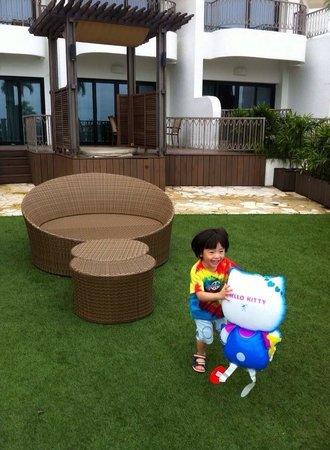 Shangri-La's Rasa Sentosa Resort & Spa: Lovely personal garden area right outside the suite