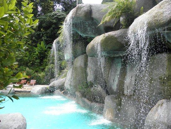Marina Phuket Resort : Искусственный водопад в бассейне