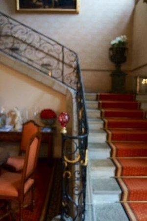 Relais & Chateaux Relais Royal: Grand staircase at reception
