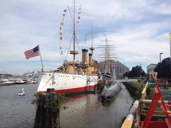 Independence Seaport Museum : Крейсер Олимпия и подлодка Бекуна