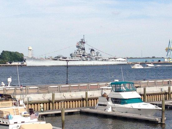 Independence Seaport Museum : Вид на современный корабль с Олимпии