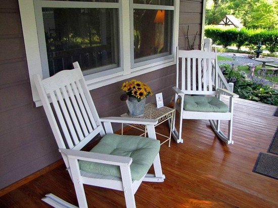 Folkestone Inn: Relaxing porch for reflecting, reading or just having fun