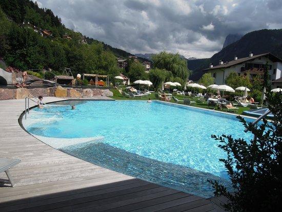 Hotel Adler Dolomiti Spa & Sport Resort : piscine extérieure