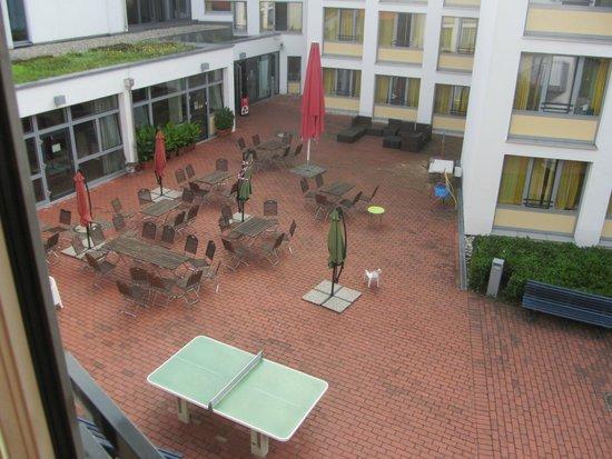 innenhof sitzm glichkeiten picture of jugendherberge. Black Bedroom Furniture Sets. Home Design Ideas