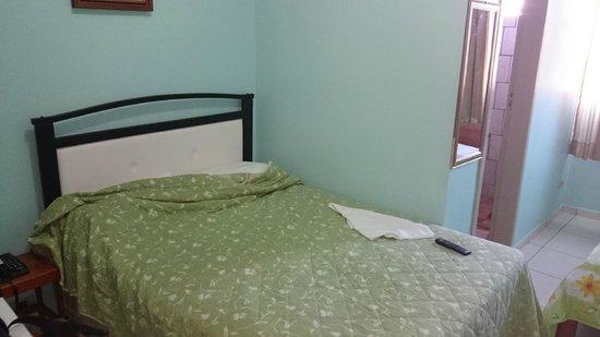 Hotel Iguacu: Cama de casal simples.