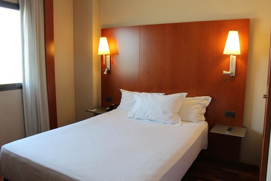 AC Hotel Sevilla Forum by Marriott: clean bed