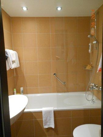Mercure Hotel München City Center: bathtub