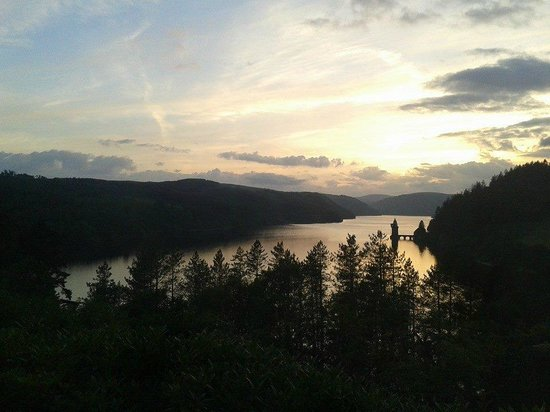 Lake Vyrnwy Hotel & Spa: Sunset - Photo doesn't do it justice
