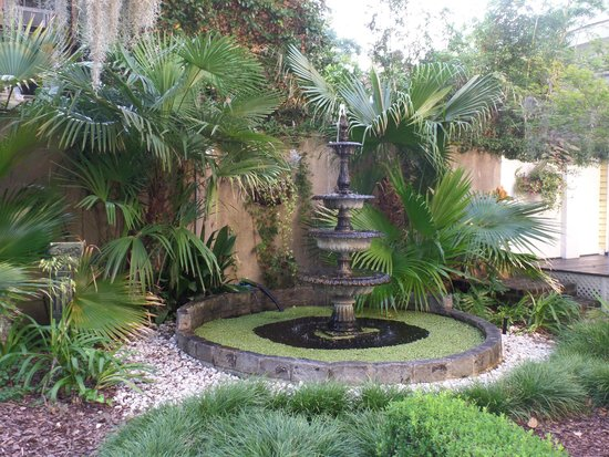 Forsyth Park Inn: Fountain in the garden