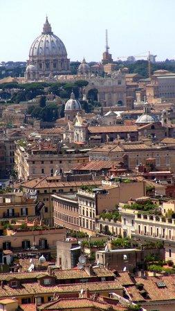 Monument à Victor-Emmanuel II : 奥にサン・ピエトロ寺院が見えます。