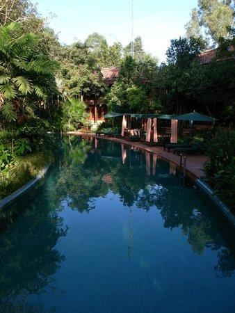 Angkor Village Resort: 敷地内に張り巡る長ーいプール