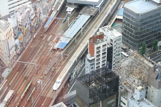 Park Hotel Tokyo: a view of the train station from the room