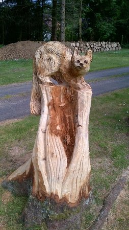 The Brander Lodge Hotel & Bistro: Pine Martin, one of the many Garden Carvings