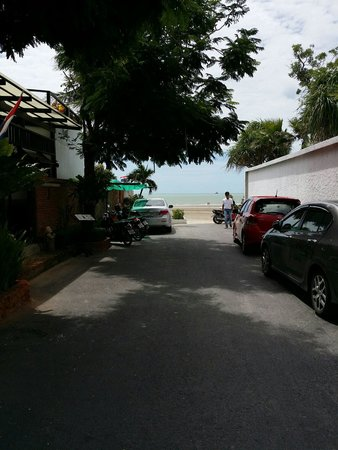 White Sand Beach Hotel: ที่จอดรถอยู่ข้างๆกำแพง มีไม่มากคะ แต่จอดได้ตลอดแนว