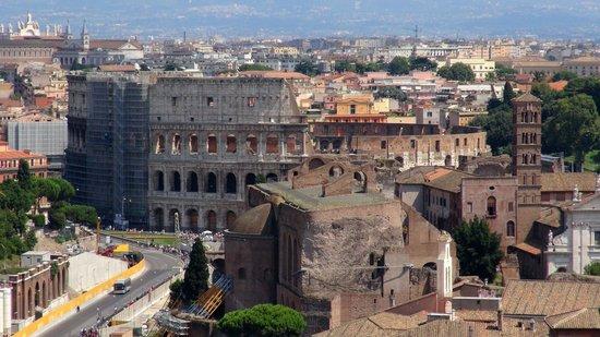Monument à Victor-Emmanuel II : この角度から見るコロッセオは、また違った雰囲気があります。