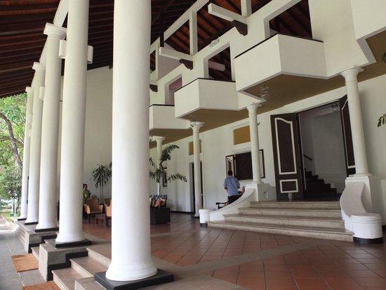 Cinnamon Lodge Habarana : 解放的なレセプションエリア