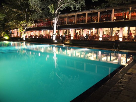 Cinnamon Lodge Habarana: 夜のプールとメインレストラン