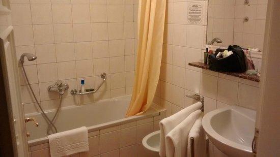 Hotel Roma Prague: baño limpio pero con cortina y ducha a la altura de la cintura