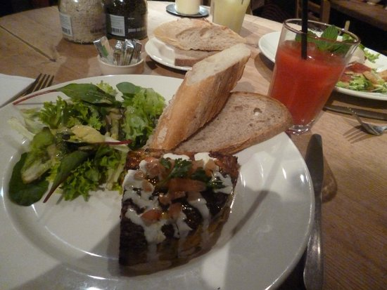 Le Pain Quotidien: quiche and salad and good French bread