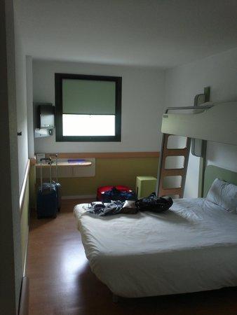 Ibis budget Girona Costa Brava: Habitacion para 2 adultos y un niño.