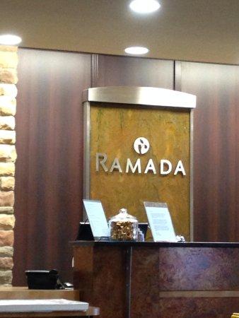 Ramada Drumheller Hotel & Suites: Front Desk