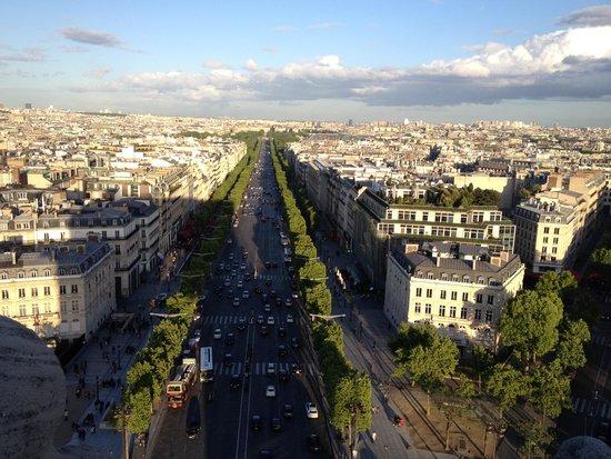 Champs-Elysees: Вид с Триумфальной арки на Елисейские поля
