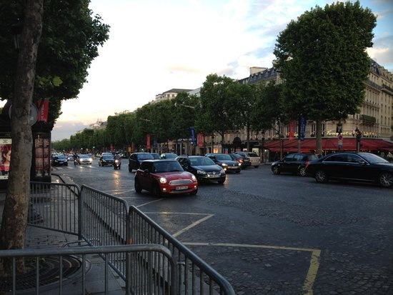 Champs-Élysées : Оживленное движение