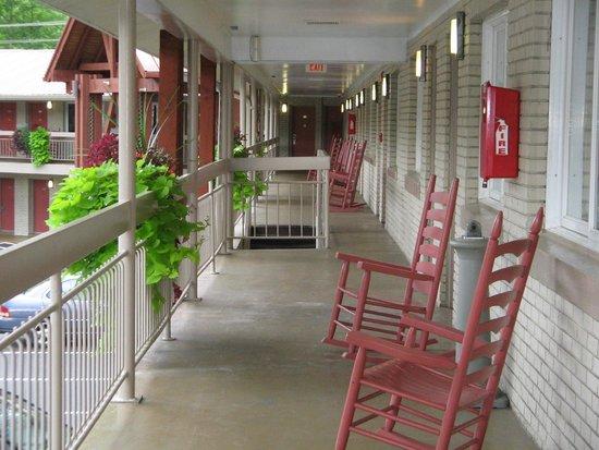 Econo Lodge Cherokee: Hotel balconey with rockin chairs