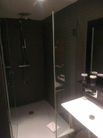 Vincci Bit: Salle de bain et son immense douche
