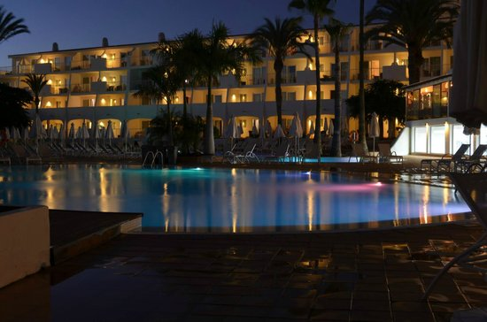 Sunprime Atlantic View: Pool at night