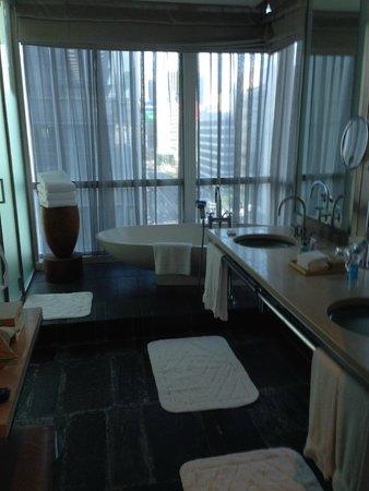 Four Seasons Hotel Tokyo at Marunouchi : Bathroom