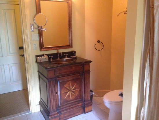 Inn at St. Peter's Village : French Creek room bath