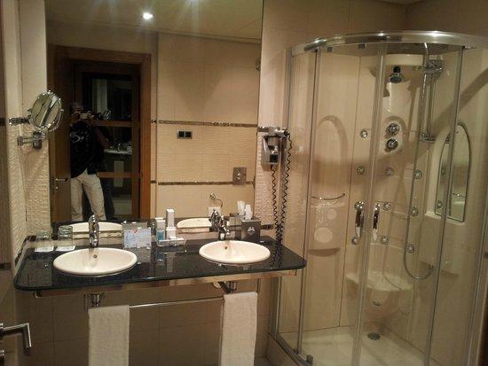 Nelva Hotel: Salle de bain très bien équipée