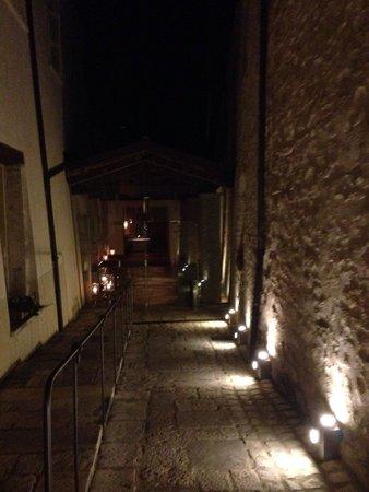 Palazzo Seneca: Veduta che porta al ristorante