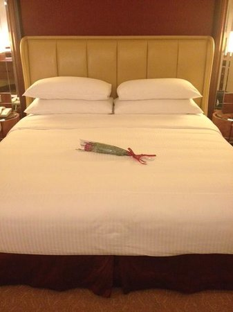 Shangri-La Hotel Kuala Lumpur: A big bed with an anniversary rose