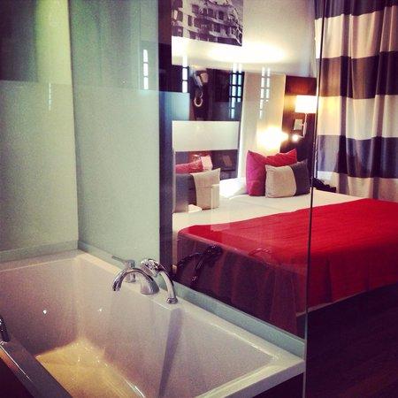 Hotel & Spa Villa Olimpica Suites: El baño y la habitación