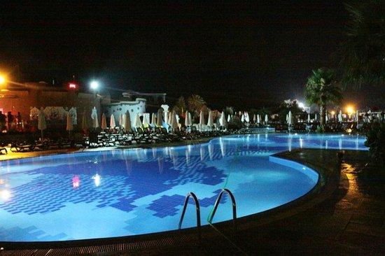 Club Calimera Serra Palace: Basen nocą