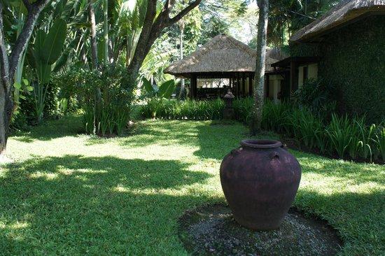 The Gangsa Private Villa by Kayumanis: la salle de restaurant au coeur des jardins