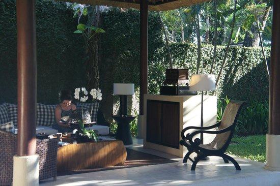The Gangsa Private Villa by Kayumanis: Le salon de plein air privé