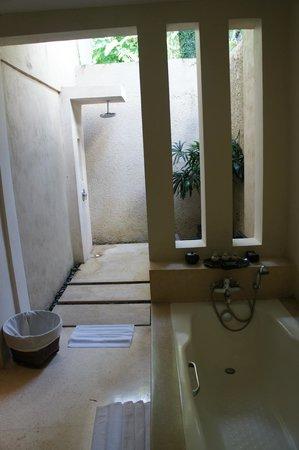 Kayumanis Sanur Private Villa & Spa: Salle de bain et douche de plein air