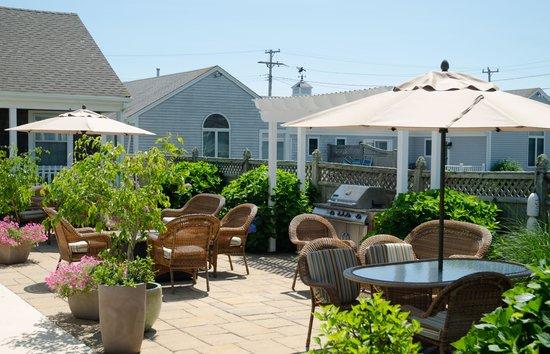 Beach Breeze Inn: Patio Area