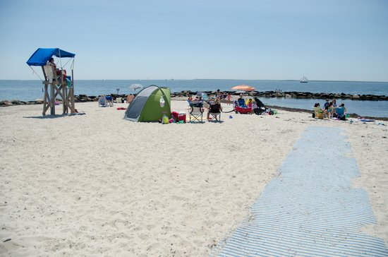 Beach Breeze Inn: Surf Drive Beach just 100 yards away