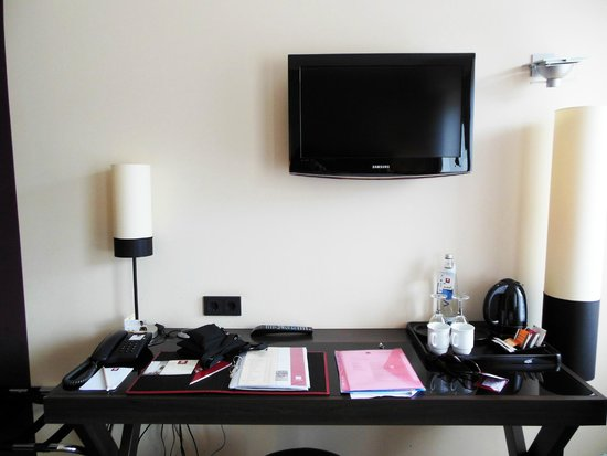 Leonardo Hotel Berlin: Scrivania con bollitore per il tè