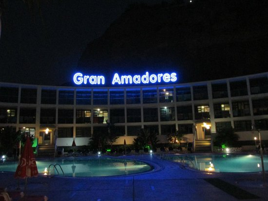 Gran Amadores: Night view from entrance