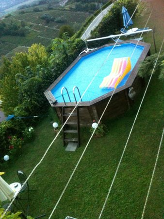 Mongardino, Italia: Piscina con parte del giardino