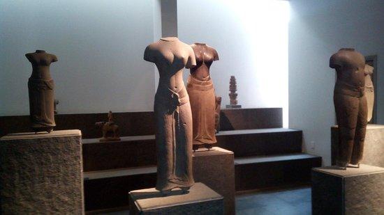 Museo de Historia de Vietnam: Plus de tête, mais quelle ligne dans ces statues de déesses féminines !