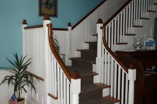 Beach Breeze Inn: Lobby staircase